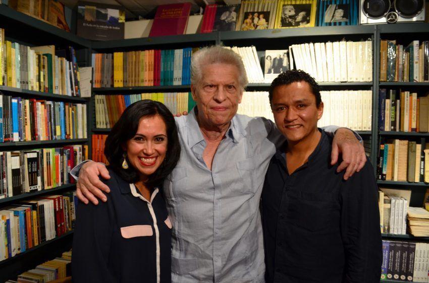 El poeta Octavio Armand en 2015, con sus editores mexicanos Diana Rodríguez y Federico de la Vega, en Caracas, con motivo de la presentación del libro Contra la página. Ensayos reunidos 1980-2013 (Calygramma, 2015).