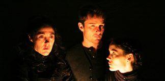 Trinidad González, Jorge Becker y Mariana Muñoz, actores de la compañía TEATRO EN EL BLANCO, durante la interpretación de Neva, pieza dramática escrita y dirigida por Guillermo Calderón.