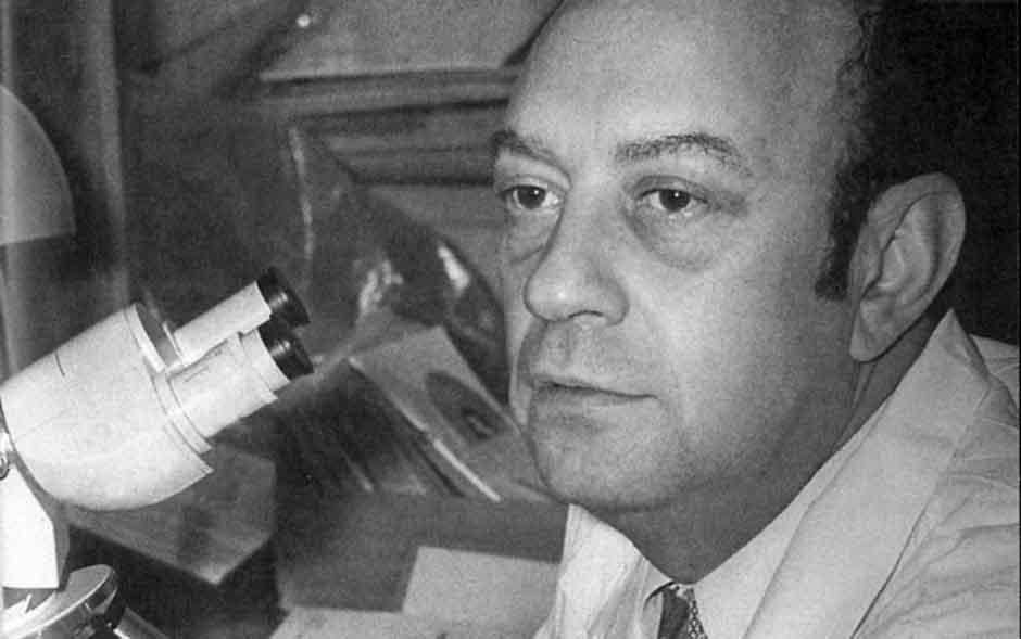 Leonid Tsypkin en su laboratorio en el Instituto de Poliomielitis en Moscú a principios de los años setenta. | Rialta
