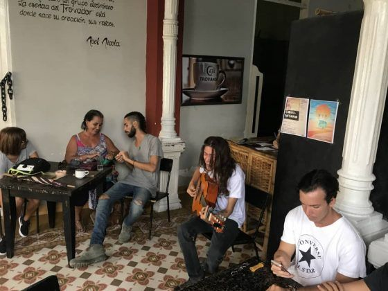 Concierto del trovador Manuel Leandro en el café Trovando | Rialta