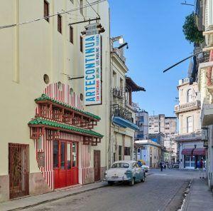 Foto souvenir 'En plein dans le mille travail in situ. La Havana Cuba le 15.02.20' Daniel Buren Foto Néstor Kim | Rialta