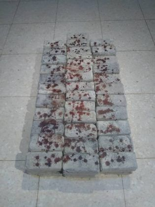 No no no…' 2020 instalación 70 adoquines 34 en la base 36 en la parte superior sangre de gallina tomada de rituales religiosos dimensiones variables | Rialta