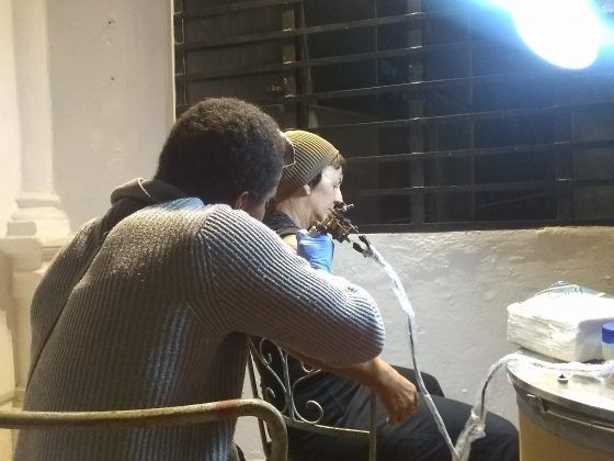 El artista corporal Rodney Batista y Sandra Ceballos en la primera entrega del happening 'Casi todos conmigo' | Rialta