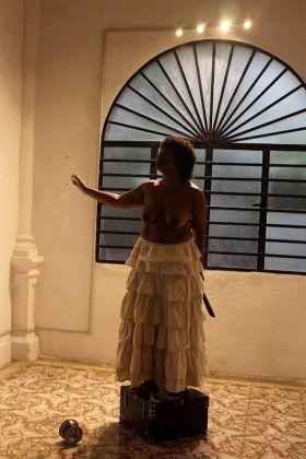 La actriz Ida Jiménez interpreta el performance 'Luisa recontextualiza' de Perséfone Teatro | Rialta