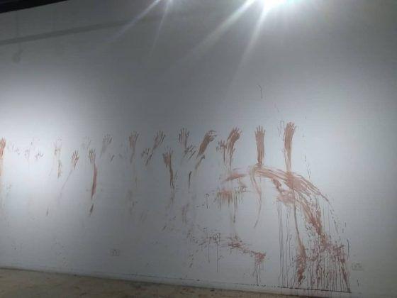 Marcas dejadas por la artista tras el performance inaugural de la exposición | Rialta