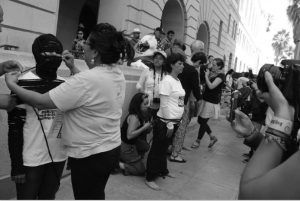 Performance. City Hall Los Ángeles Caravana por la Paz en Estados Unidos agosto 2012 Foto cortesía de Laura Valencia | Rialta