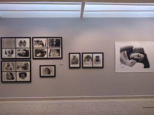 Vista de la expo. Forografías de la serie Recuerdos de nuestro bebé | Rialta