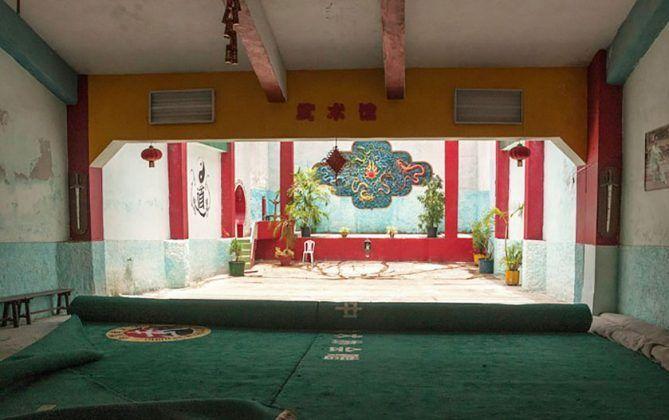 Vista interior del antiguo cine Continental luego Centro Wushu en La Habana Vieja. De la serie 'EXIT. Atlas de los cines habaneros' Carmen Rivero 2019 | Rialta