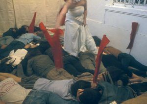 Cabeza abajo performance Tania Bruguera Aglutinador 1996 | Rialta