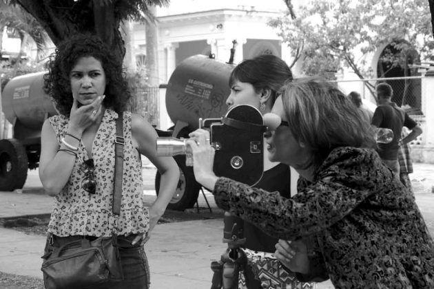 Claudia Arcos izquierda Mari Claudia García y Amalia Iduate filmando taller Mujeres con la cámara 2019 | Rialta