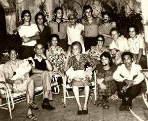 Abilio Estévez a la izquierda con pulóver blanco y de pie justo detrás de Virgilio Piñera en una de las tertulias de La Ciudad Celeste | Rialta
