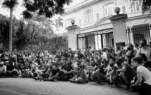 Artistas y ciudadanos cubanos frente al Ministerio de Cultura en La Habana durante la manifestación del 27N FOTO Evelyn Sosa   Rialta
