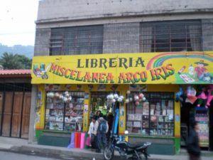 Una librería miscelánea situada en una localidad cercana al lago de Atitlán en Guatemala. | Rialta