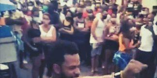 Maykel Osorbo muestra las esposas policiales luego de liberarse de una detención arbitraria con la ayuda de la comunidad de San Isidro en La Habana el pasado domingo 4 de abril.