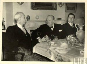 De izquierda a derecha el embajador cubano en el Reino Unido Guillermo Willy de Blank el primer ministro Winston Churchill yGuillermo Belt Ramirez FOTO Facebook de Daniel Pedreira | Rialta
