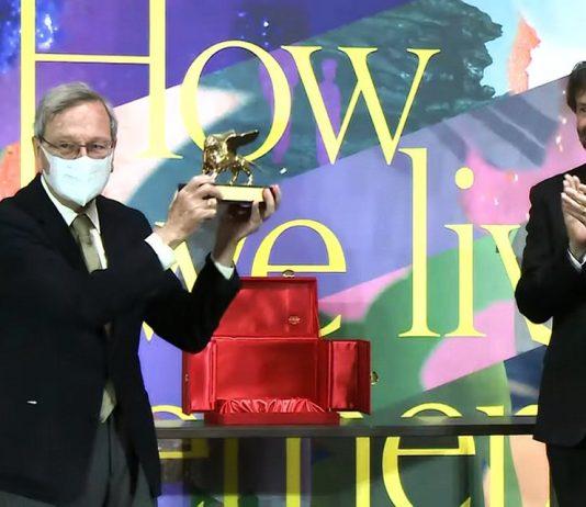 Rafael Moneo recibe el León de Oro durante la inauguración de la XVII Bienal de Arquitectura de Venecia (YouTube/BiennaleChannel)