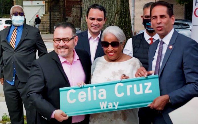 Omer Pardillo, Ruth Sánchez y el concejal Fernando Cabrera (delante) en la Celia Cruz Way (YouTube/BronxNet).