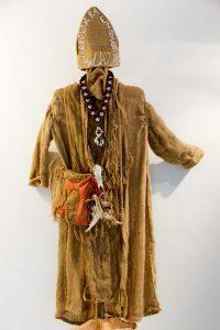 Ramón Moya Hernández; ensamble de vestuarios confeccionados con elementos recuperados, yute, soga, huesos, retazos de tela, plástico, 2000. RIERA STUDIO / ART BRUT PROJECT CUBA