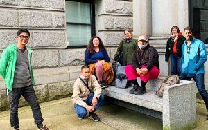 Yaimel López (extremo der.) junto a curadores y artistas de la exposición colectiva 'Vancouver Special: Disorientations and Echo' (2021); Vancouver Art Gallery. (Foto: Cortesía del artista)