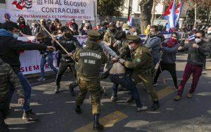 Enfrentamientos entre chilenos simpatizantes del gobierno cubano y emigrados cubanos dejaron un saldo de dos heridos y un lesionado este viernes 16 de julio FOTO Tucson | Rialta