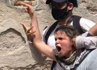Momento en que detienen a Iris Mariño en la calle Matadero, en Camagüey (foto tomada de la cuenta de Facebook de Mario Junkera, esposo de Iris).