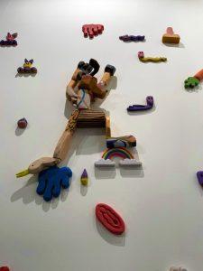 """""""El Escalador"""", 2021 (talla en madera policromada; dimensiones variables); Orestes Hernández. Stand de la galería cubana El Apartamento en ARCOmadrid 2021 (Foto: Cortesía de El Apartamento)"""