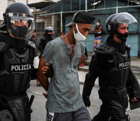 Un manifestante es conducido por la policía durante las protestas del pasado 11 de julio en Cuba